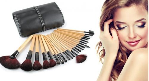 Un  set de 24 pinceaux de maquillage