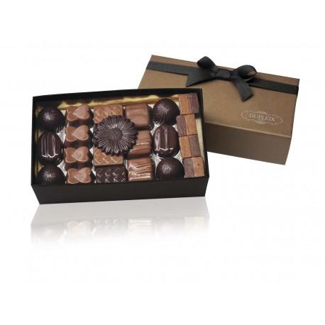 Agrandir l'image Ballotin de chocolats assortis DUPLEIX  420gr Chocolats assortis DUPLEIX Assortiment de 290gr Chocolats assortis DUPLEIX Assortiment de 290gr Imprimer Envoyer à un ami Ballotin de chocolats assortis